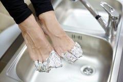 Kvinnligfot med fingrar som slås in i folie. Arkivfoton