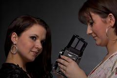 Kvinnligfotograf som tar bilder Arkivfoton