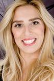 kvinnligframdelen grinar den model leendesikten arkivbilder