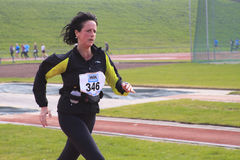 kvinnligfullföljande nära löpare Fotografering för Bildbyråer