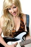 kvinnliggitarrist royaltyfria bilder