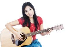 Kvinnliggitarrist Royaltyfri Bild