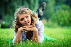 kvinnliggräs lägger barn Arkivbild
