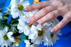 Kvinnlighänder med blommor royaltyfri foto