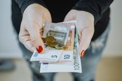 Kvinnlighänder med eurosedlar och en plånbok Royaltyfri Fotografi