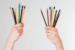 Kvinnlighänder med färgrika blyertspennor som isoleras på vit bakgrund Arkivbilder
