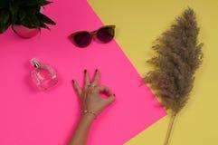 Kvinnlighänder med smycken Modetillbehör, armbandsur, glamourarmband Arkivbild