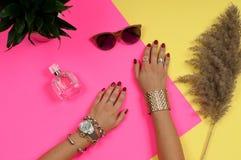 Kvinnlighänder med smycken Modetillbehör, armbandsur, glamourarmband Royaltyfri Fotografi