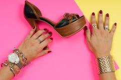 Kvinnlighänder med smycken Modetillbehör, armbandsur, glamourarmband Royaltyfri Foto