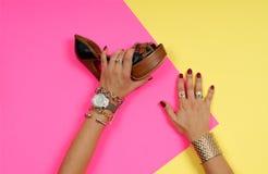 Kvinnlighänder med smycken Modetillbehör, armbandsur, glamourarmband Arkivbilder
