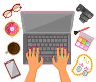 Kvinnlighänder på en bärbar dator Arkivfoto