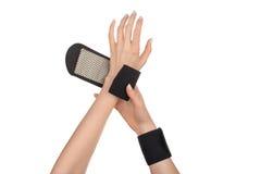 Kvinnlighänder som bär sportar, medicinska armband Arkivbilder