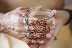 Kvinnlighänder som färgas dekorativt av henna Royaltyfria Bilder