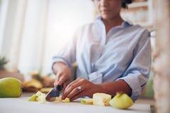 Kvinnlighänder som hugger av frukter för fruktsaft Arkivbilder