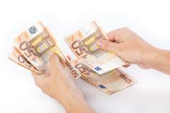 Kvinnlighänder som räknar 50 eurosedlar Arkivbilder