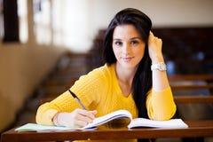 Kvinnlighögskolestudent royaltyfri foto