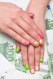 Kvinnlighand med manicuren Arkivbilder