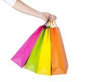 Kvinnlighand som rymmer färgrika shoppingpåsar Royaltyfri Foto