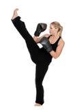 Kvinnligkickboxer som gör främre kick Arkivfoton