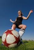 kvinnligkickfotboll royaltyfria bilder