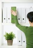 Kvinnligkontorsarbetare med den gröna mappen Royaltyfria Foton