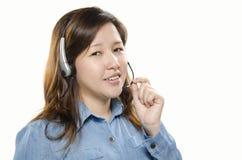 Kvinnligkundtjänst med hörlurar med mikrofon Royaltyfria Bilder