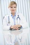 Kvinnligkvinnadoktor Sitting i regeringsställning Royaltyfri Fotografi