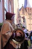 Kvinnligmusiker som leker i gatan Royaltyfria Bilder