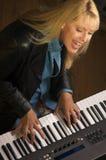 kvinnligmusiker utför Royaltyfria Bilder