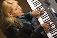 kvinnligmusiker utför Royaltyfri Foto