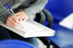 kvinnlign bemärker writingbarn arkivfoto
