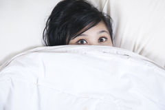 kvinnlign får insomniasömn något till att försöka Royaltyfri Foto