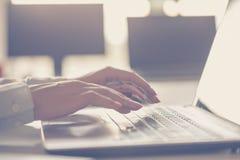 kvinnlign hands bärbar datorskrivande Arkivbilder