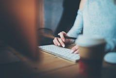 kvinnlign hands tangentbordskrivande Ung rengöringsdukformgivare som använder den digitala grafiska minnestavlan och teckningspen Arkivfoto