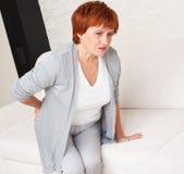 Kvinnlign har att smärta i baksida Royaltyfri Bild