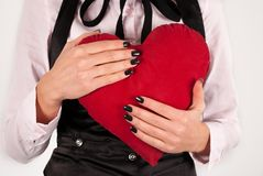 Kvinnlign i eleganta torkdukar och stor röd hjärta för bandkram kudde Arkivbilder