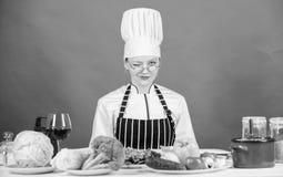 Kvinnlign i f?rkl?de vet allt om kulinarisk konst Kulinarisk utbildning Kulinarisk expert Sund kvinnakockmatlagning arkivbild