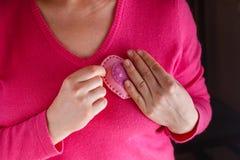 Kvinnlign i rosa färger ger mjuk hjärta Arkivbilder