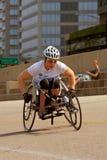 Kvinnlign i tävlings- rullstol fungerar ut i Chicago royaltyfri fotografi