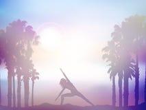 Kvinnlign i yoga poserar i sommarpalmträdlandskap med retro eff Arkivbild
