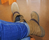 kvinnlign lägger benen på ryggen i bruna kängor, skor för kvinna` s, arkivfoton