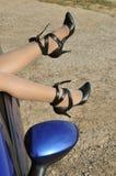 Kvinnlign lägger benen på ryggen i skor, frihet och fritid Arkivfoto