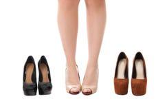 Kvinnlign lägger benen på ryggen i beigea skor på höga häl Royaltyfri Bild