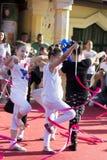 Kvinnlign lurar dans med det färgrika bandet på etapp royaltyfri bild