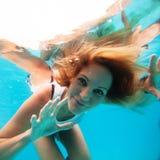 Kvinnlign med ögon öppnar undervattens- Royaltyfri Fotografi