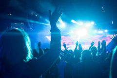 Kvinnlign på vaggar konsert Arkivfoton