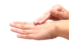 Kvinnlign räcker att applicera fukta lotion, på vit royaltyfri foto