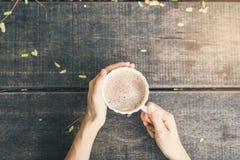Kvinnlign räcker att rymma en kopp kaffe Royaltyfri Bild