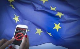 Kvinnlign räcker genom att använda en smartphone med Geo-att blockera på skärmen och EU sjunker på bakgrunden royaltyfria foton