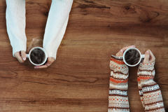 Kvinnlign räcker hållande koppar kaffe Fotografering för Bildbyråer